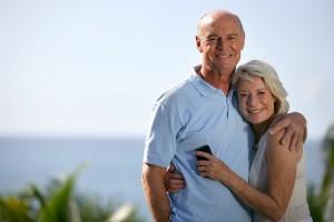 couple âgé avec téléphone portable